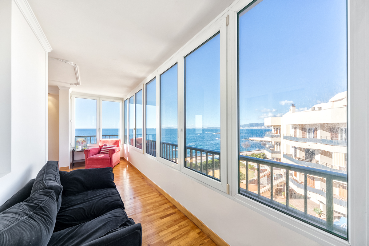 Bright apartment on the first sea line with sea views-purchase
